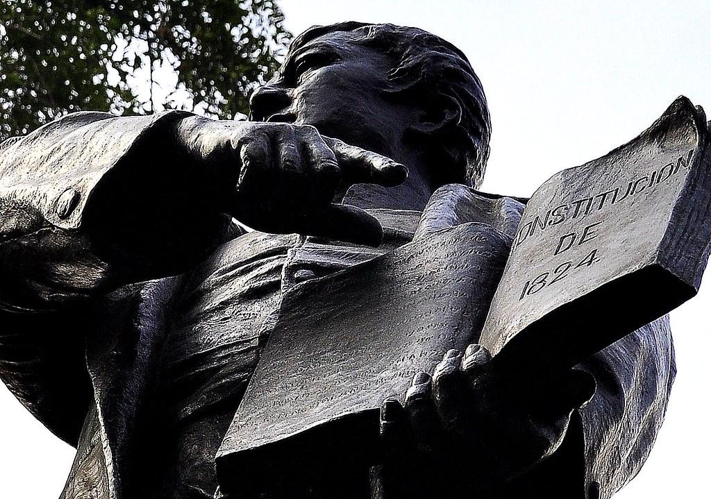 1824: Se promulga la primera constitución política de México